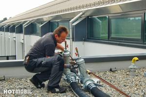 """<div class=""""bildtitel"""">Einsatz einer mobilen Kältelösung von Hotmobil auf der Rad-Messe Eurobike in Friedrichshafen. Hier musste die Zuleitung über ein Dach geführt werden. </div>"""