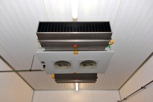 "<div class=""bildtext"">Das ""AirStream V""-Entkeimungsmodul wurde an der Decke des Produktionsraums direkt hinter dem Verdampferkühler installiert. </div>"