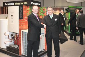 Handschlag unter Partnern: Norman-Lars Hinze (Key Account Manager Wärmepumen DACH, Panasonic) und Günter Lindenblatt (Geschäftsführer, LIGO) <br />