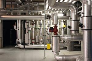 Die Wärme- bzw. Kälteverteilung im Gebäude erfolgt über ein Vierleiternetz – Blick auf die Verteilstation<br />