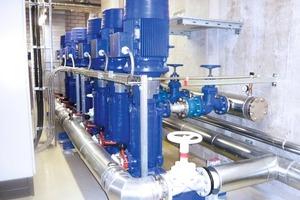 """Vertikale Hochdruckpumpen versorgen von der Technikzentrale aus die auf dem Hallendach installierten, nach dem """"Dry &amp; Spray""""-Prinzip arbeitenden Rückkühlwerke mit rund 20 bar Wasserdruck<br />"""