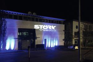 """<div class=""""bildtext"""">Das festlich beleuchtete Firmengebäude von Störk-Tronic in Stuttgart</div>"""