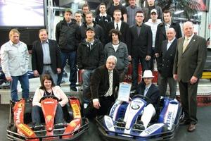 Gruppenbild mit Dame – Freisprechungsfeier auf der längsten Indoor-Kartbahn der Welt; vorne rechts im Wagen der Prüfungsbeste Dietmar Werth
