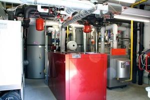 Gesamtansicht der Heizzentrale, v.l.n.r. Wärmepumpe, Pufferspeicher, BHKW, Gas-Brenner <br />