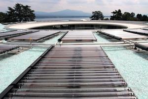 """Auf dem Dach des Gebäudes sind 90 Vakuum-Röhren-Kollektoren vom Typ """"Xinox"""" installiert. Die maximale Heizleistung liegt bei 55 kW<br />"""