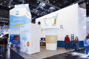 """<div class=""""bildtitel"""">Die Firma Daikin präsentierte sich auf der EuroShop auf außergewöhnliche und kreative Weise: Ein 8 m hoher Milchkarton, eine begehbare Einkaufstasche und ein überdimensionales Lexikon luden die Besucher zu einem überraschenden Perspektivenwechsel ein. </div>"""