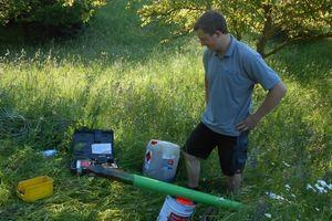 """<div class=""""bildtitel"""">Die Arbeiten auf der Walnusswiese werden mit professionellem Gerät betrieben - hier leistet der Landschaftsarchitekt Dirk Melzer (Bruder des Geschäftsführers Martin Melzer) wertvolle Hilfestellung </div>"""