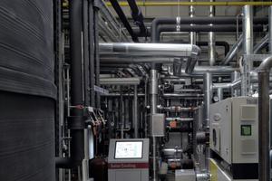 Der zentrale Technikraum der solaren Kühlung. Links der dunkle, hohe Behälter ist der PCM-Speicher. In der Bildmitte der Bildschirm der zentralen Steuereinheit<br />