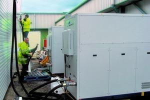 Kühltechniker installieren im Außenbereich eines Pharmaherstellers zwei Kaltwassersätze<br />