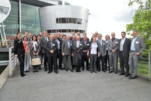 Der Frankfurter FKT und seine Mitglieder vor der Gläsernen Manufaktur
