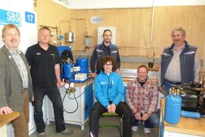 Benaja Lötzsch mit den IKKE-Ausbildern vor dem Test-Projekt (solegekühlte Eisbahn)<br />