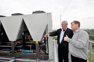"""Georg Wondratschke und Gerold Bergmann im Gespräch vor einem offenen """"Powerciat""""-Kälteerzeuger<br />"""