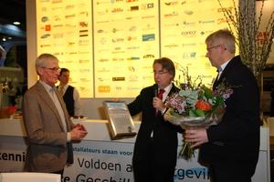 John van Rooijen, Technology & Innovation Manager bei GEA Refrigeration Netherlands (re.), nimmt den Niederländischen Kältepreis von Vincent Slappendel (li.), dem Direktor der NVKL, und Dr. ir. C. Infante Ferreira, TU Delft und Mitglied der Jury, entgegen.