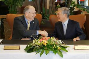 """<div class=""""bildtitel"""">Alex A. Molinaroli (Chairman und Chief Executive Officer, Johnson Controls) und Hiroaki Nakanishi (Chairman und Chief Executive Officer, Hitachi, Ltd.) unterzeichnen die Vereinbarung.</div>"""