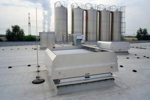 Die in die vorhandenen Dachöffnungen eingepassten Mehrzwecklüfter fungieren auch als Rauchabzugssysteme<br />