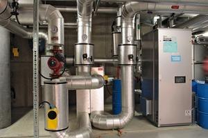 """Wärmeüberschüsse aus der Solarthermie-Anlage werden über die Yazaki-Absorptionskältemaschine """"WFC SC 30"""" in Kälte umgewandelt<br />"""