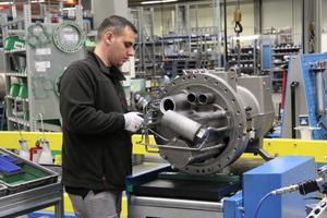 """<div class=""""bildtitel"""">Trotz vieler automatisierter Prozesse ist bei der Produktion eines Schraubenverdichters viel Handarbeit erforderlich.</div>"""