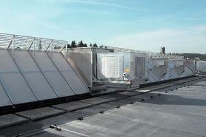 Maschinelle Lüfter und adiabate Kühlung wurden in die Lichtstraßen auf dem Dach der Fertigungshalle integriert