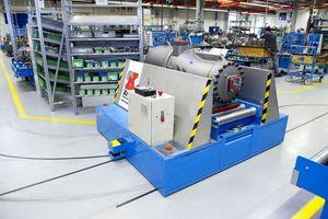 """<div class=""""bildtitel"""">Automatische Flurförderfahrzeuge verbessern den Transportfluss und damit die Produktionszeiten im Werk.</div>"""
